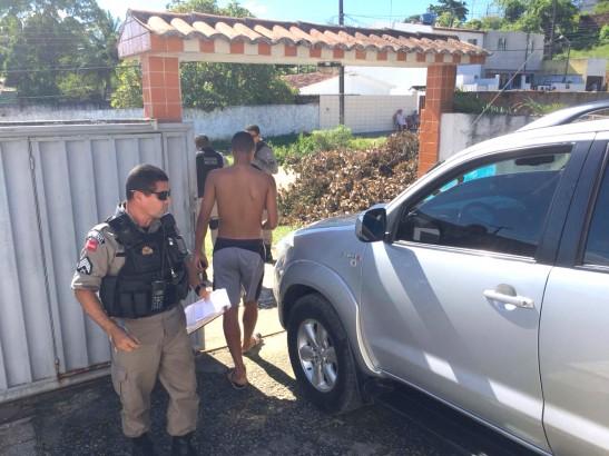 Os tiros efetuados pelos desconhecidos atingiram o veículo e a fachada da casa do radialista - Foto: Divulgação