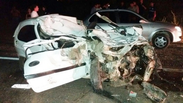 Celta ficou totalmente destruído com a colisão (Foto: Divulgação/PM)