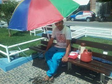 Pai da garota ficou acorrentado por 58 horas em praça - Foto: Divulgação